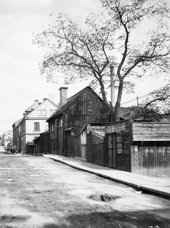 Åsögatan österut från Helgagatan. Åsögatan 2-10, nuv. Åsögatan 90 - Stockholmskällan ca 1885