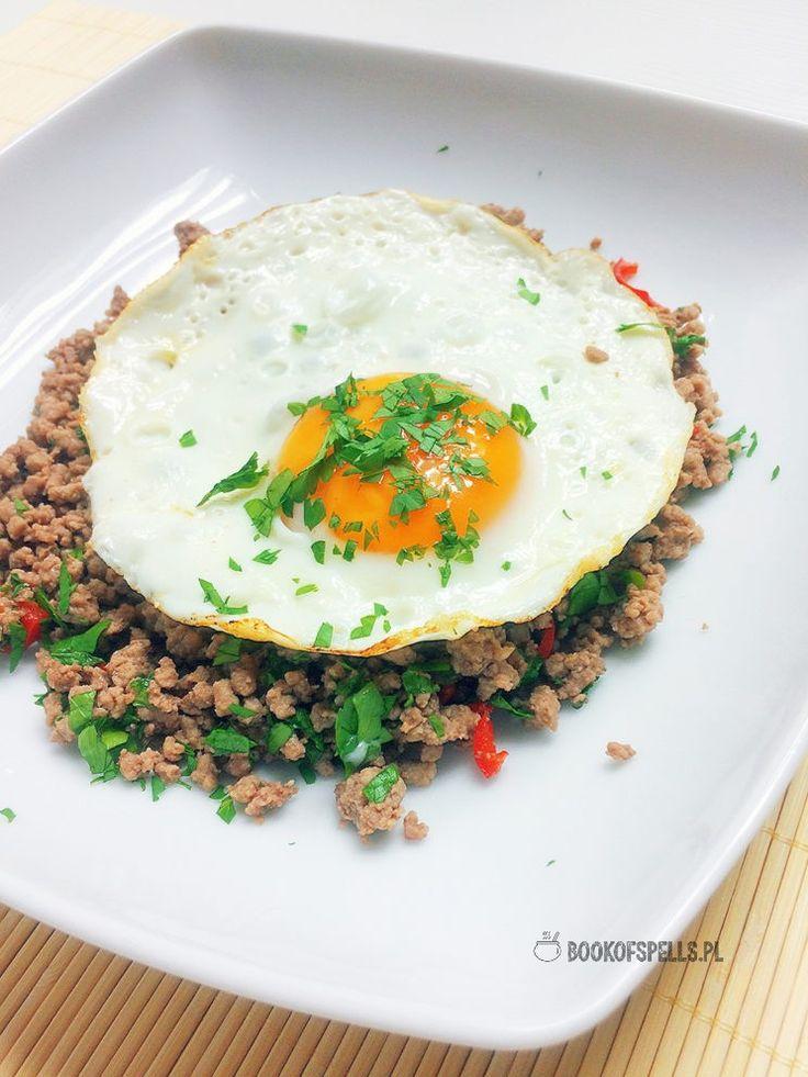 Śniadanie - wołowina po tajsku i jajko sadzone |bookofspells.pl