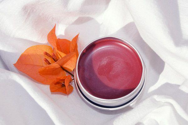 Jednou z nejjednodušších možností výroby domácí kosmetiky je zkusit si vyrobit svůj vlastní domácí přírodní balzám na rty.