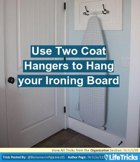 Organización - Utilice dos perchas para colgar la tabla de planchar