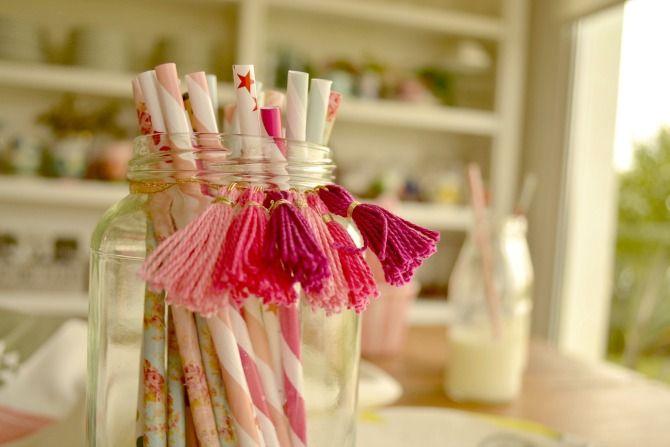 DOS CASAS: Tutorial: Como hacer borlas y usarlas para decorar