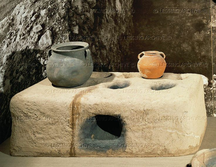 Oven and cooking pots (around 70 CE) from Massada. Israel Museum(IDAM), Jerusalem, Israel