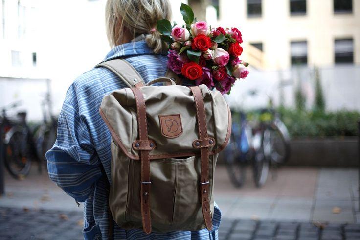 Schweden Look. Schönster Rucksack und wundervolle flowerpower