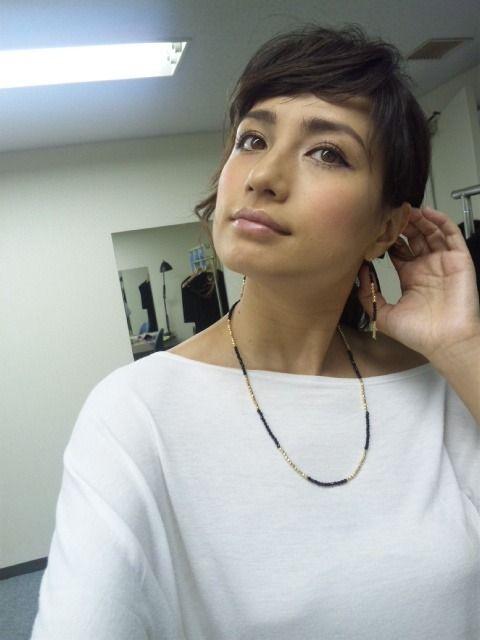 自然な表情の佐田真由美。
