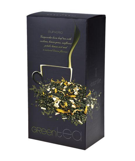 Aurile Euphoria Zelený čaj - sypaný čaj s verbenou, citrónovou trávou, citrónovou kůrou, okvětními lístky slunečnice a vůní citrónu. Originální kompozice vytvořená z nejmladších listů zeleného čaje druhu Gunpowder, obohacená o energizující přísady: aromatickou verbenu, citrónovou trávu, citrónovou kůru a slunečnicové listy. Odvar čaje má lehce sladkou chuť a bohaté aroma s jemnými kouřovými tóny. Zelený čaj. Objem: 75 g
