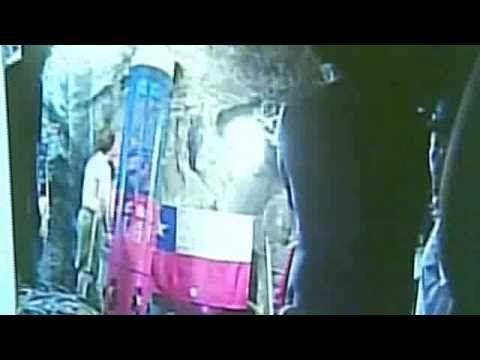 Primer rescastista llega a la mina para coordinar el rescate de los Mineros Chilenos - YouTube