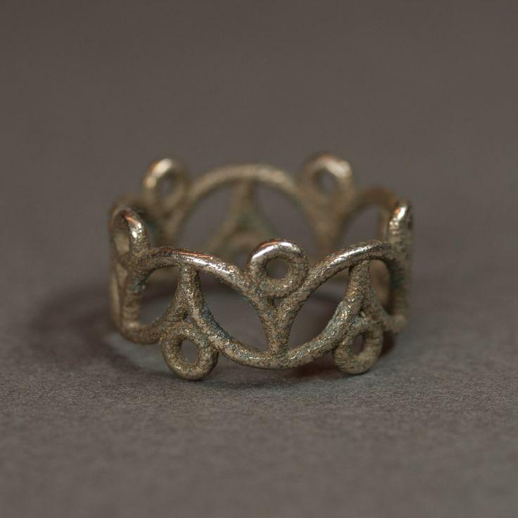 Vzor pro tento prsten jsem našel v obci Myjavě. Předlohou pro tento vzor je pravděpodobně leknín. Autor použil rafinované překrývaní proti sobě jdoucích vzorů.  K dispozici (na skladě) jsou velikosti 50, 51, 52.  Materiál je 60% nerezová ocel + 40% bronz - vyrobeno 3D tlačí
