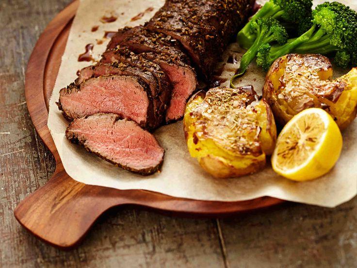 Valkosipulit ja yrtit kuuluvat Välimeren keittiöön. Välimerellinen naudanfilee maistuu viikonloppuna vaikkapa rosmariiniuuniperunoiden kanssa.