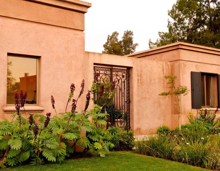 Patio en flor ricardo pereyra iraola exteriores for Casas con jardin enfrente