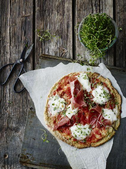 """Denne pizza er helt speciel og det er overraskende så godt den virker. Vær dog nærig med fyldet og spis den så snart den er bagt, den bliver hurtigt blød. Beregn en pizza per person. Gang gerne opskriften op, også selvom du kun skal bruge to pizzaer, """"dejen"""" kan sagtens holde sig i 2 dage. …"""
