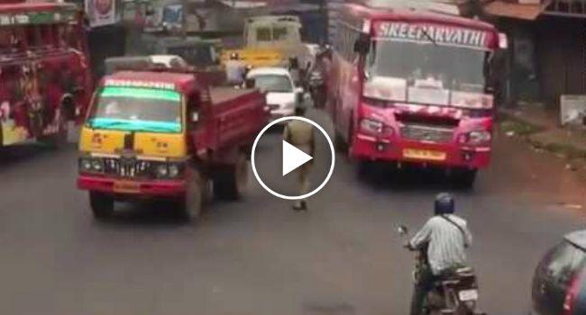 Comandar o Trânsito Nas Movimentadas Estradas Da India é Quase Impossível