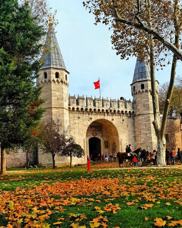 Topkapi Palace, the first place to visit on arrival in Istanbul, is actually not a single building but a complex of individual buildings set out on a large garden. | Photo by @lewentdemircan. #Turkey #Istanbul #TopkapiPalaceMuseum #MuseumMonday #History #Ottoman #Visiting #Museum