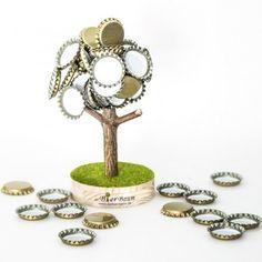 Bierbaum jetzt im design3000.de Shop kaufen! Der Baum, der mitwächst – und zwar mit jedem Bier. Kronkorkenwerfen! Ein neuer Sport? Richtig gehört...