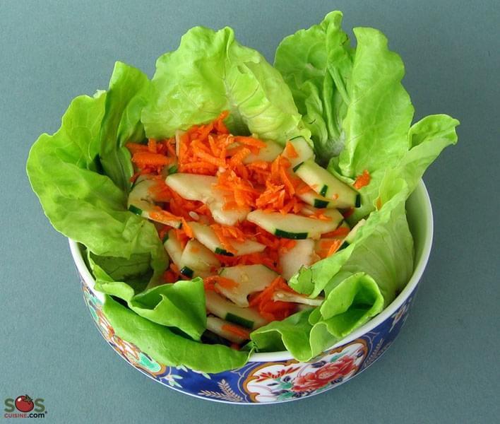. La salade « som tam » du Nord-Est de la Thaïlande est à base de papaye verte, qui est broyée légèrement pour en assouplir les fibres, puis mélangée avec du jus de lime, des crevettes séchées et des piments. J'ai remplacé ici la papaye par des concombres et des carottes, et éliminé les crevettes, mais le goût de cette salade est encore très rafraîchissant et conserve un peu d'exotisme.