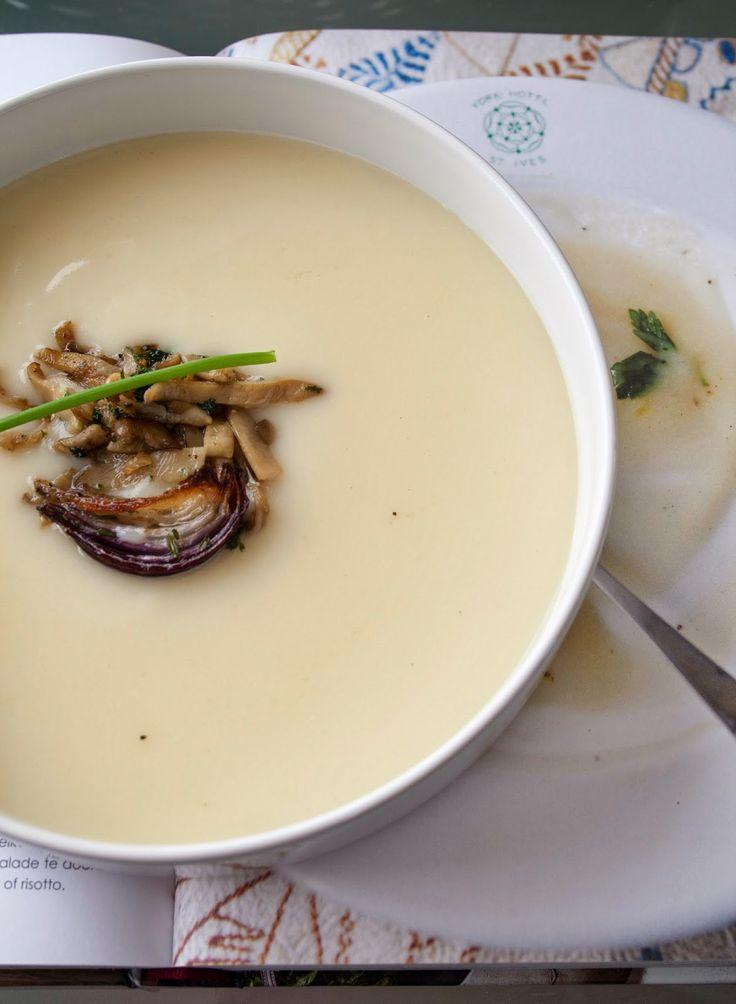 Bloemkoolsoep met gebakken ui, paddenstoelen en bieslook