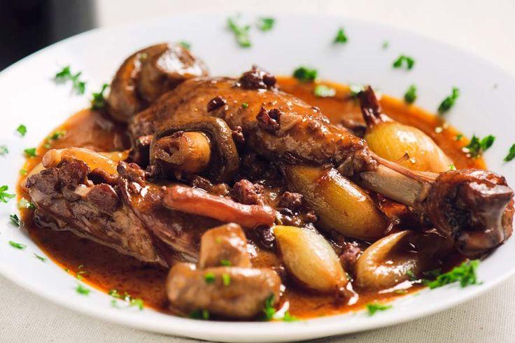 Coq au Vin (Hähnchen in Wein) ist ein französischer Klassiker und sehr einfach zuzubereiten. Dieses Coq au vin Rezept wird aus wenigen erstklassigen Zutaten im Schmortopf zubereitet.