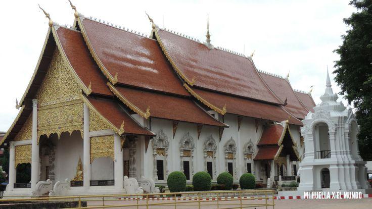 Llegamos a Chiang Mai a las siete y media de la mañana en el tren nocturno desde Bangkok. Cuando llegamos a la estación cogimos un tuk tuk grande de color rojo que sirve de autobús y que compartimo…