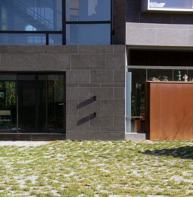 Detail of the pivoting point where the two volumes meet.  http://www.hjlstudio.com/suip-777-residence