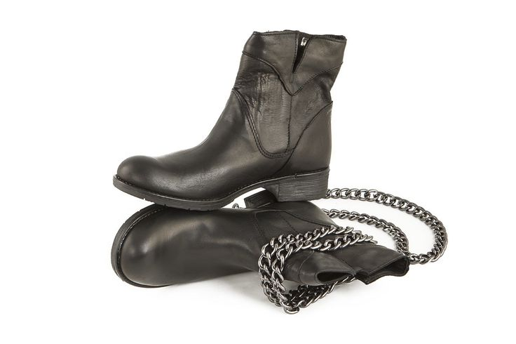 Stivale biker in pelle nera con catene removibili. Black leather biker boot with removable chains. www.calzaveste.it
