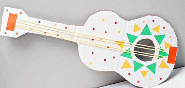 Guitarra de cartón - Manualidades con niños