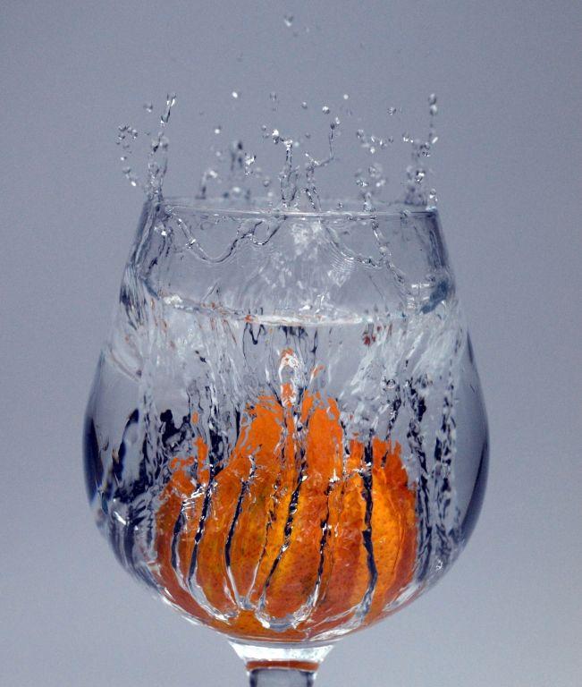 """mandarino splash 2 by F. Del Bianco -""""anche in questo caso la foto è stata scattata nel bagno di casa per evitare di bagnare.. In questa foto ho voluto focalizzarmi sull'entrata in acqua del mandarino e non sugli schizzi ,che come si noterà risultano sfocati.. in post produzione ho solamente livellato i colori dello sfondo e un po' di contrasto.."""" #food #art"""