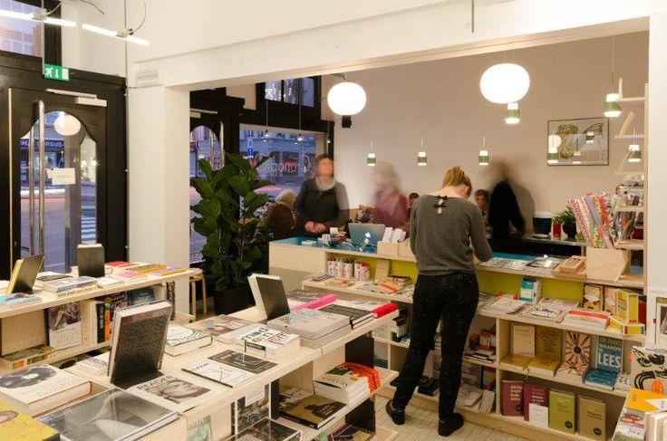 Kies een goed boek en geniet intussen van een lekkere koffie! Dat kan bij CronopiO in Antwerpen. Voor deze boekhandel annex bar produceerde KUNNIG uitnodigende presentatiemeubels, kasten, togen, zitbanken, een kinderhoekje ... en zelfs metalen boeksteunen. Naar een ontwerp van Marc Covyl. Je vindt CronopiO in Antwerpen, Kasteelpleinstraat 21.