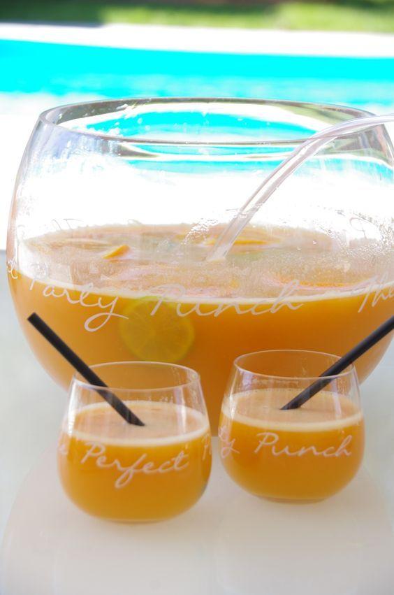 Depuis le temps que je voulais tester un 100% maison! Le punch, j'en fais trés souvent à la maison! Je fais un petit mélange simple, souvent c'est un litre de jus d'orange, 2 litres de multifruits et un ananas avec la moitié d'une bouteille de rhum, un...