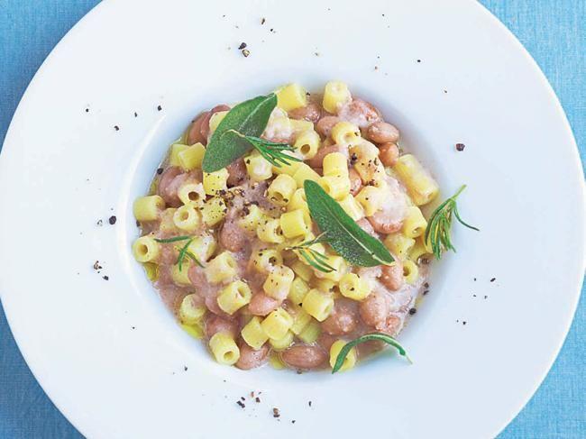 Die Nudeln mit Bohnen und vielen frischen Küchen-Basics sind ein unterschätztes Italia-Rezept. Sterne-Köchin Cornelia Poletto verhilft ihm zu neuem Glanz.