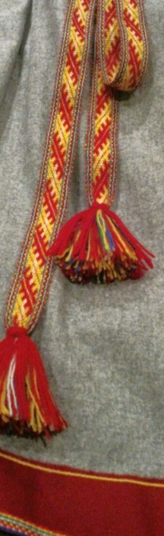Förklädesband, firkkalbáddi, till gällivare samedräkt. Handarbete av Eva Simma. Apron waist band belonging to Gällivare saami folk costume.