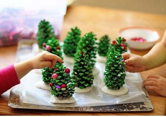 Weihnachten ist ein schönes Fest für Kinder. Doch manchmal ist einen echten Tannenbaum schmücken, etwas zu viel für ein kleines Kind. Wir haben eine schöne Idee für Dich gefunden, damit Dein Kind auf spielerische Weise Weihnachtsbäume kennenlernt....