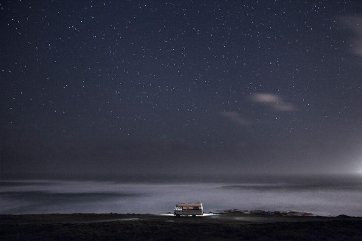 """fotografo del mare torna a immortalare le onde e stavolta lo fa dedicando all'oceano un progetto a metà tra acqua e cielo. Si chiama """"A van in the sea"""" la raccolta di immagini scattate da Alessandro Puccinelli durante un viaggio a bordo di un camper Hymer del 1983 sulla costa meridionale del Portogallo. Le fotografie immortalano il momento della buonanotte: un tetto di stelle sopra al camper parcheggiato per la notte vicino al mare."""