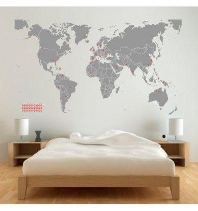 Vinilo barato decorativo del mapa del mundo con marcadores para indicar los lugares a los que has ido.