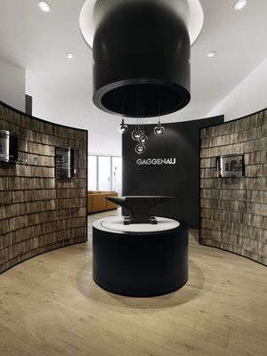 The genuine iron anvil centrepiece in the new Guangzhou flagship showroom is a reference to Gaggenau's origins in 1683.
