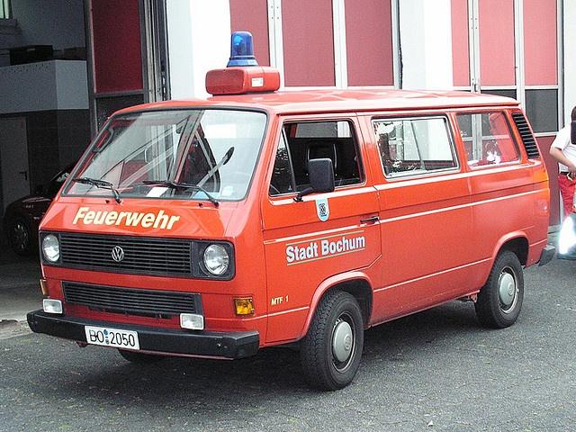 Dies ist ein Mannschaftstransportfahrzeug der Feuerwehr Bochum, fotografiert an der Feuer- und Rettungswache 1 in Bochum - Wattenscheid. Das Fahrzeug ist ein VW - Bus T3