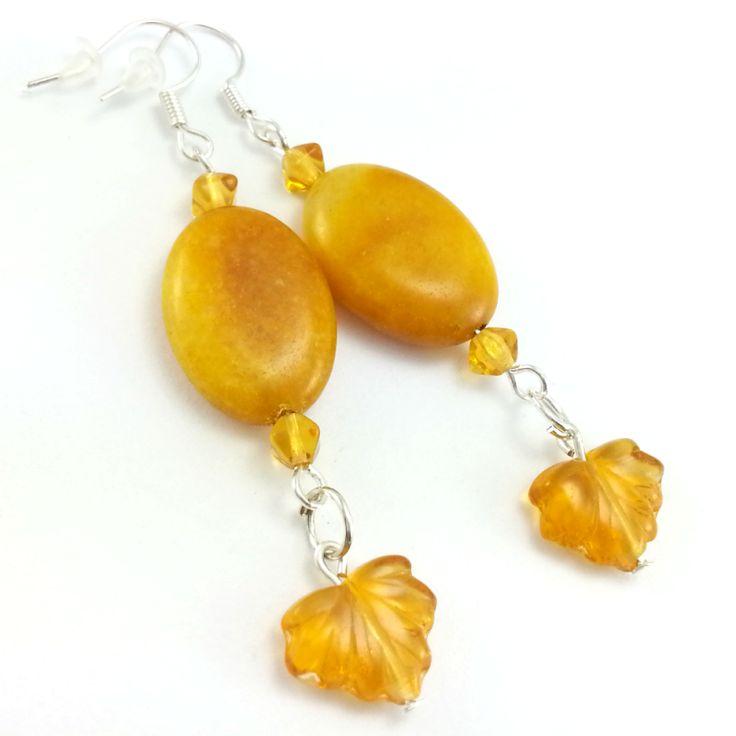 Kolczyki z żółtym aragonitem, kryształkami i listkami.