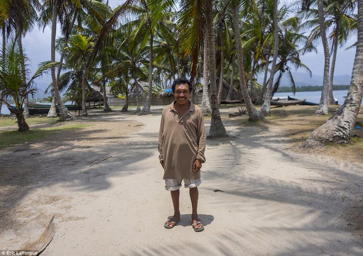 Kuna men earn their living on the mainland, working predominantly in agriculture, fishing, and the coconut trade