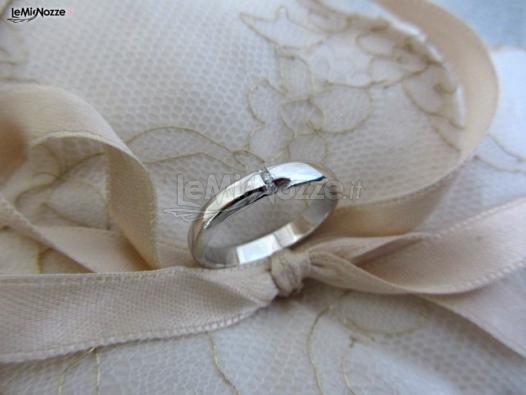 http://www.lemienozze.it/operatori-matrimonio/gioielli/stefano-andolfi/media/foto/25  Fede nuziale in oro bianco e diamante