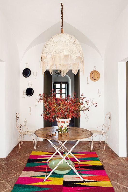 It's a colorful life: Der bunte Teppich macht den schlichten Raum zu etwas ganz Besonderem.