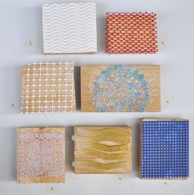Sólo necesitas unos tacos de madera y unos tapetes de ganchillo con forma de flor.  Pega el tapete sobre el taco de madera y, ¡¡¡a estampar!...