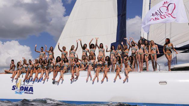 Les candidates à Miss France 2015 pendant leur voyage à Punta cana. Elles portent le bandeau São Paulo en imprimé Ipanema de la collection 2015.