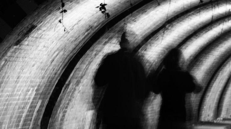 Eine Frau wird in einem ICE Opfer sexueller Übergriffe durch betrunkene Fußballfans. Der Zugführer ruft Verstärkung. Wie viel Hilfe darf man von Polizisten erwarten?