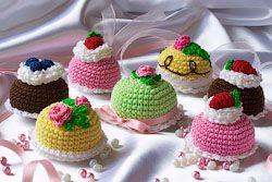 DIY Crochet Mini Cake - FREE Pattern ✿⊱╮Teresa Restegui http://www.pinterest.com/teretegui/✿⊱╮