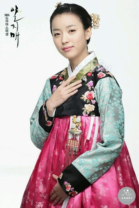 han hyo joo in a splendid hanbok