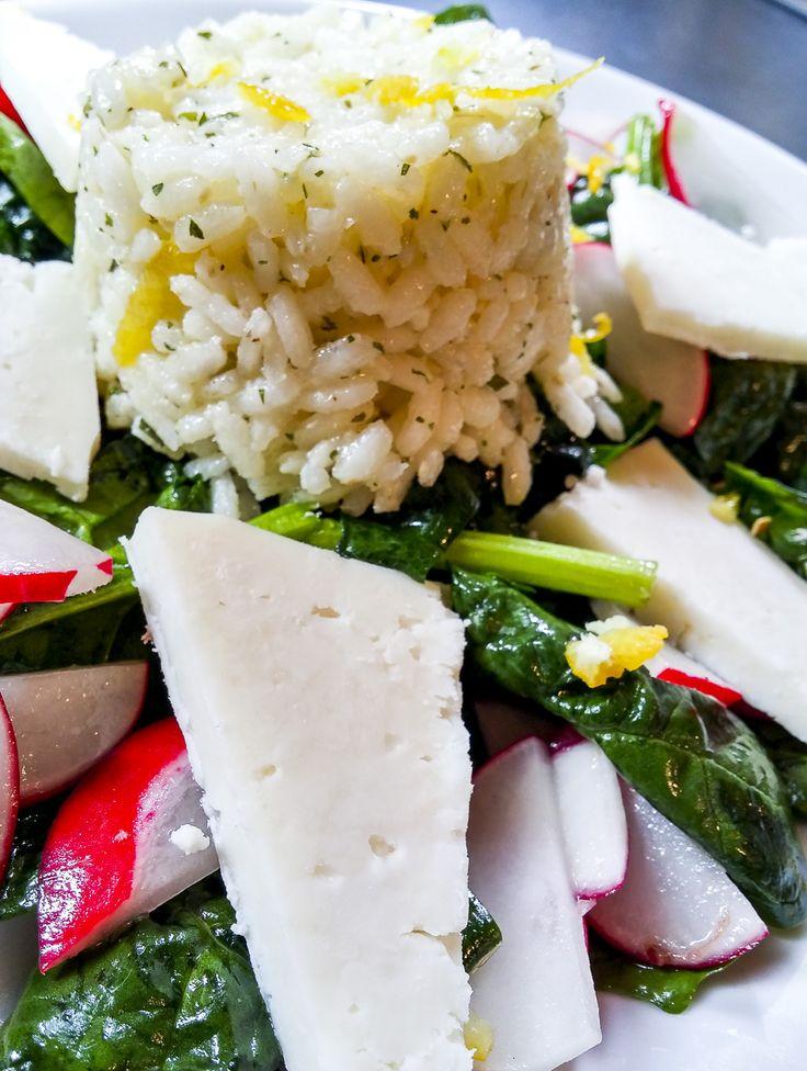 """Nuovo post sui """"pranzi da ufficio"""": con l'arrivo dei primi caldi possiamo sbizzarirci con piatti freschi, sfiziosi e allo stesso tempo leggeri e salutari... Come questo bel piatto che mixa verdure crude, formaggio di capra e riso... La ricetta su #kitchengirl.it, correte sul blog!!!  #ricetta #cucina #lacucinaitaliana #cucinaitaliana #ricetteperpassione #pranzoitaliano  #italianfoodbloggers #cucinoperamore #contornoitaliano #cucina #veg #green #cucinaverde #Veg #vegetariana"""