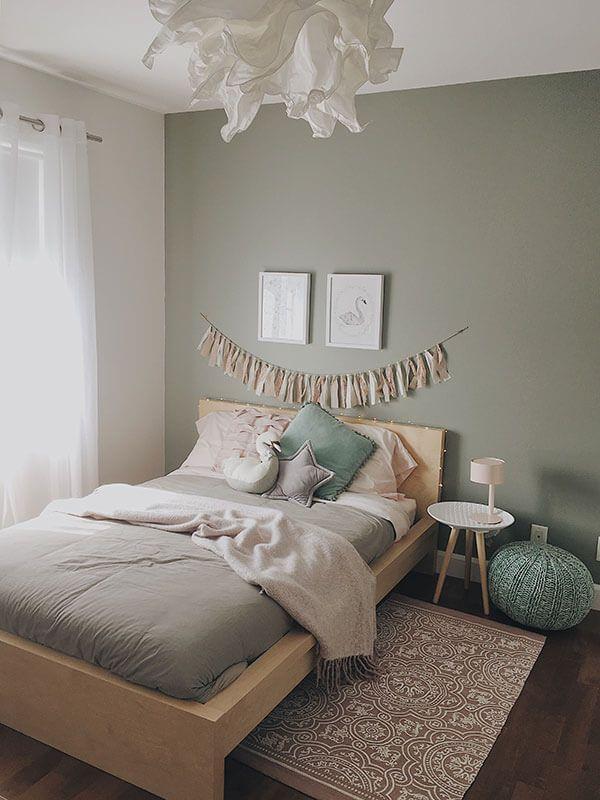 lit et table de chevet dans une chambre de fille décorée avec style romantique