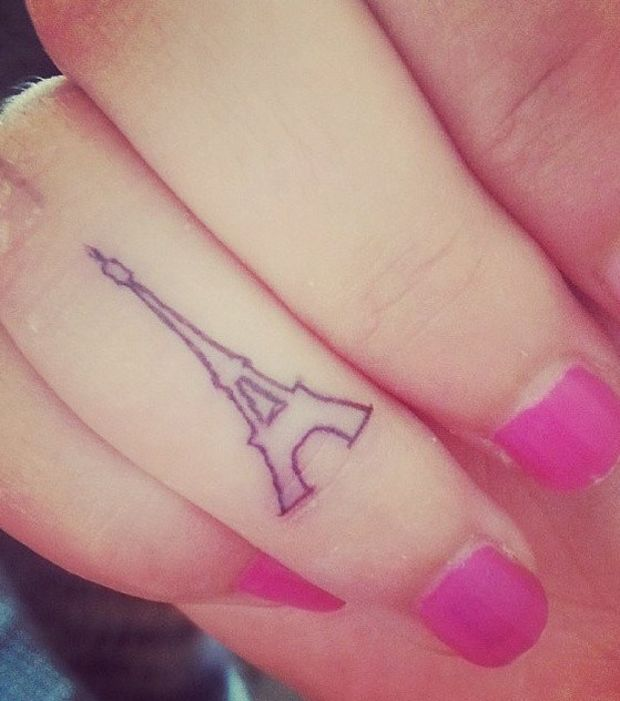 Une mini tour Eiffel comme tatouage