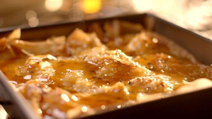 En el episodio 3 del programa de televisión Simplemente Nigella, la cocinera Nigella Lawson prepara una receta de Pastel de trapos viejos (Old rage pie)....