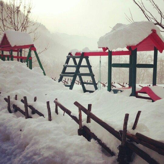Tief verschneiter Kinderspielplatz beim Hotel Almrausch... www.almrausch.co.at