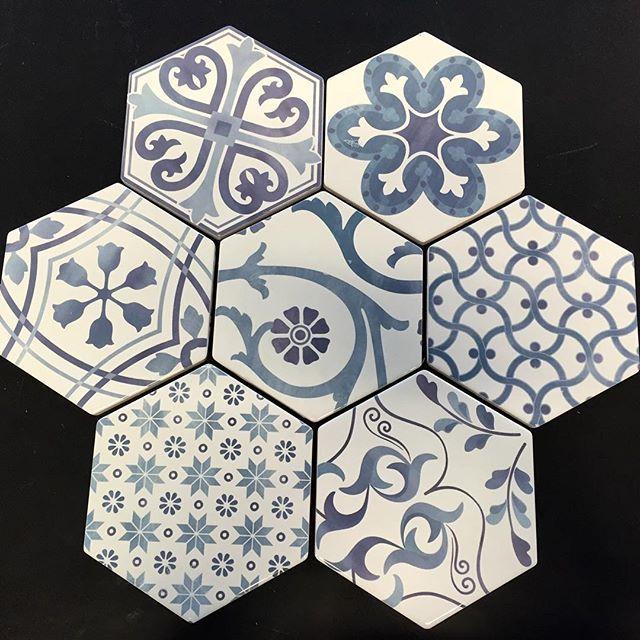 #Hexagon #fliser fra #Tonalite med #marrokansk mønster i vakre blåtoner. Tips til over kjøkkenbenken, som dekor på badet. Bare fantasien setter grenser #flis #norfloor #tonalite #inspirasjon #kjøkken #bad #blåtoner #norfloorlade