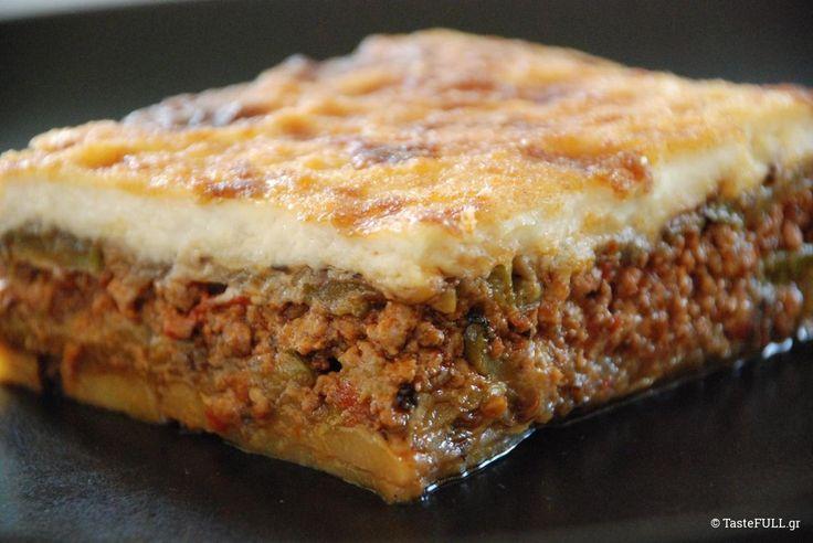 """Ο μουσακάς -για μένα – παρότι είναι εμβληματικό φαγητό της ελληνικής κουζίνας είναι το πιο κακοποιημένο φαγητό στα ελληνικά εστιατόρια ανα την Ελλάδα. Εχω φάει εκτελέσεις του με χοντροκομμένες πατάτες, χωρίς στήσιμο να καταρρέει στο πιάτο, με κρέμα μπεσαμέλ είτε υπέρμετρη είτε τρεμουλιαστή και κιμά """"χοντρό"""" που δεν μπήκαν στον κόπο να σωτάρουν σωστά για …"""